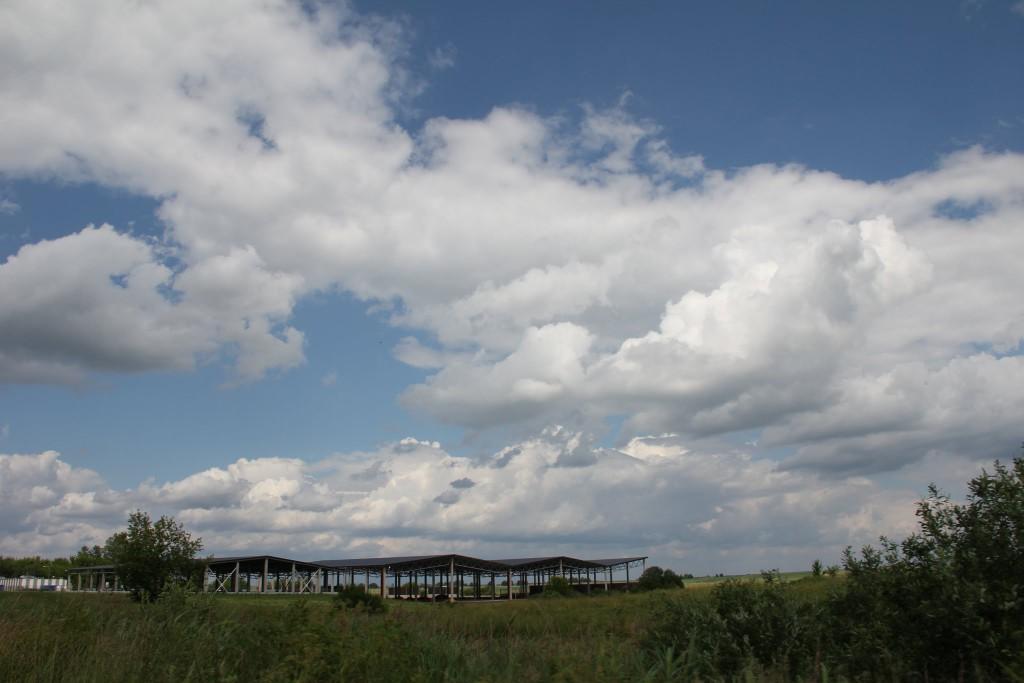 Kompleksas gražiame vasariškų debesų fone