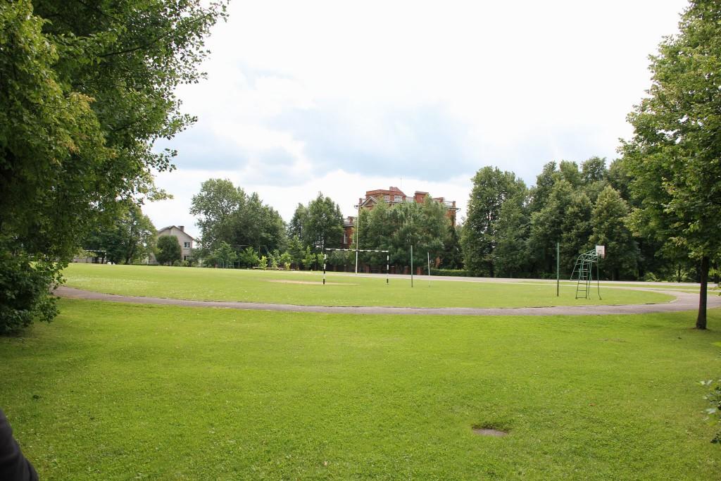 Gimnazijos stadionas o horizonte Kaišiadorių vyskupijos kurija
