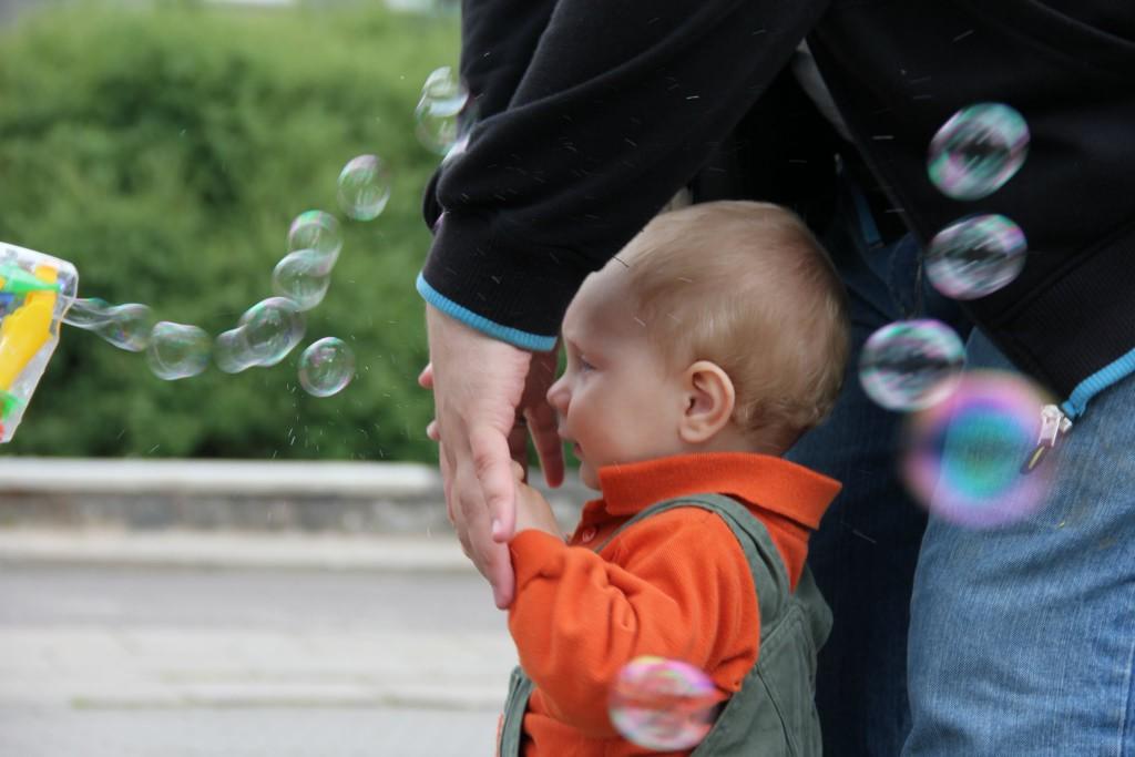 Tėtis saugo Bernardą nuo burbulų srauto į akis