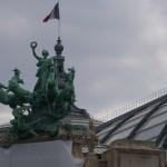 Skulptūra virš Paryžiaus botanikos sodo