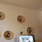 Silvio namų interjeras - quatro stagioni (berods taip rašoma) - lėkštėse.