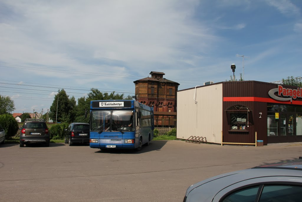 """Autobusas, užrašas, vandens bokštas ir """"Pasagėlė"""