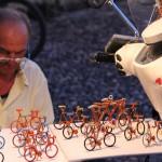 Suvenyrų gamintojas pardavėjas gamina ir pardavinėja iš vielos padarytus dviračius.