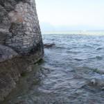 Čia ežeras skalauja Sirmione pilies sieną. Pro čia bridome link savo pliažo.