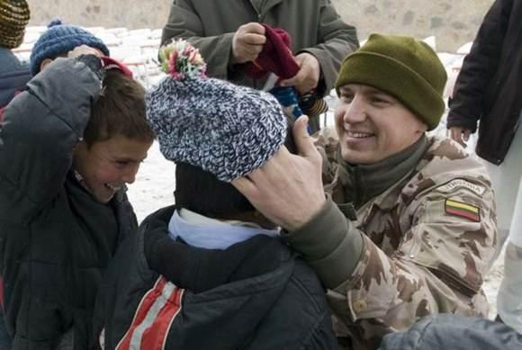 Vilnonės kojinės Afganistano vaikams