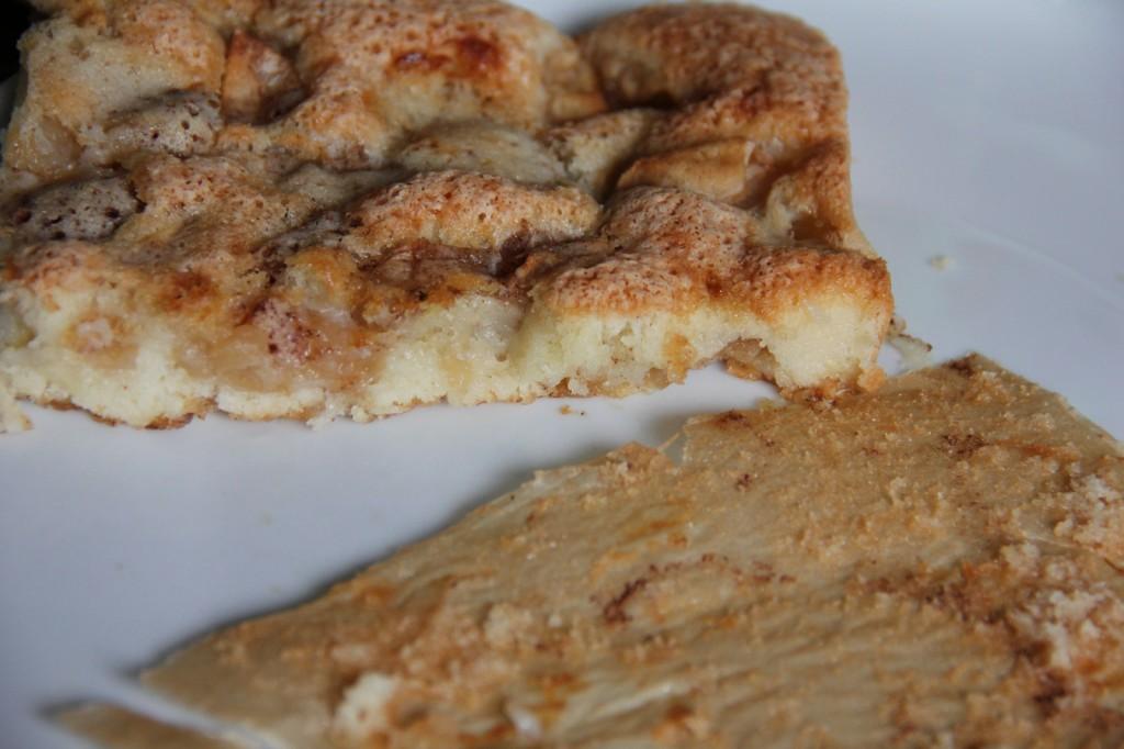 Obuolių pyrago gabalas su nuimtu kepimo popieriumi