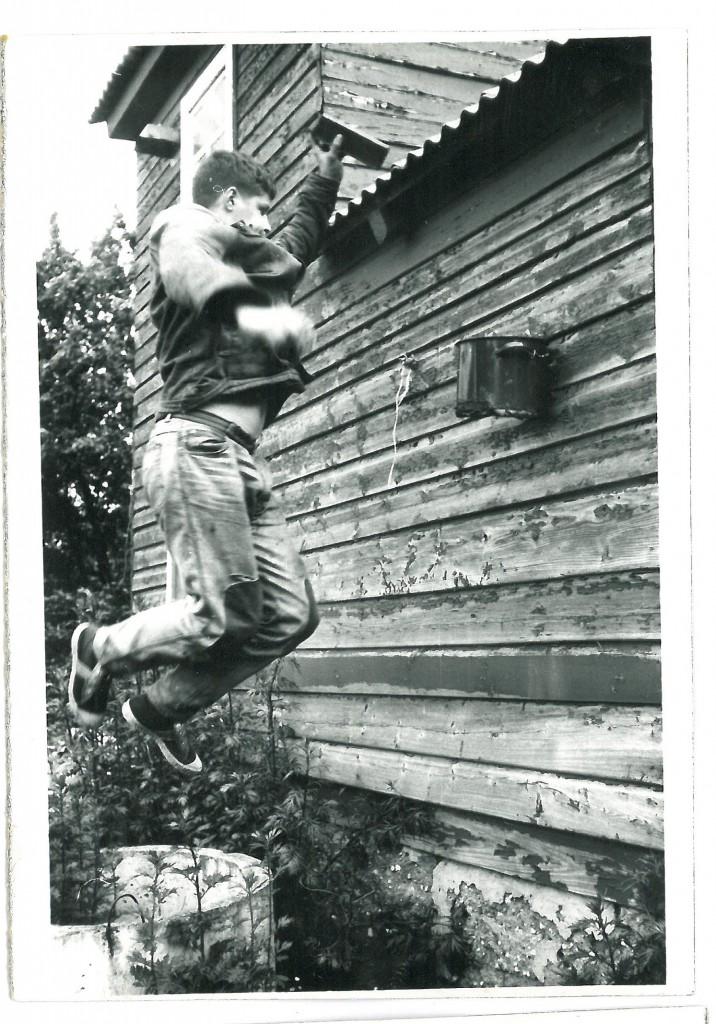 Buvo ir tokių pramogų. Lankas - puodas be dugno, kamuolys - medinė kaladė, sportbačiai inkaro.