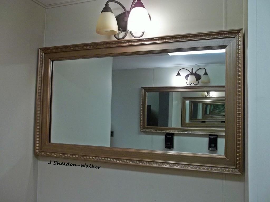 Begalinis atspindys. Kuriame veidrodžio atspindyje esame? Tai galima atsekti pagal kokybę – kiekvienas atspindys vis prastesnis. Skaitmeninėje informacijoje kokybė neprarandama.