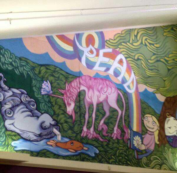 Dailininkas saviveiklininkas papuošė vaikų darželio sieną (spėju).
