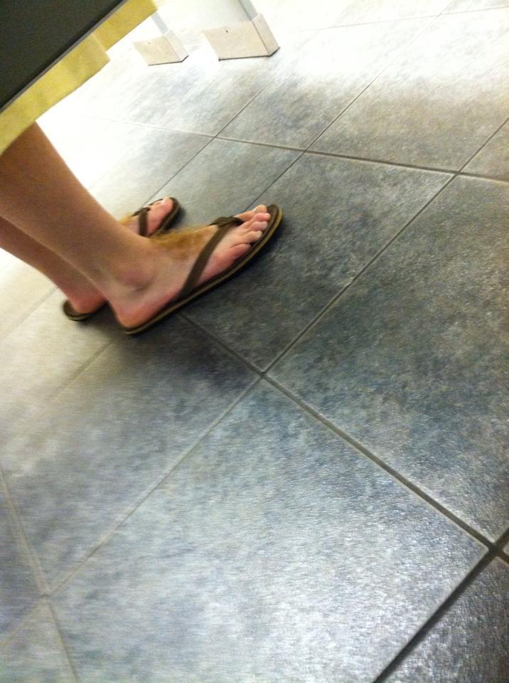 Nežiūrint šių kojų dar labiau KPŠ yra tai, jog žmogus jas pamatė gretimoje būdelėje ir nutarė nufotografuoti...