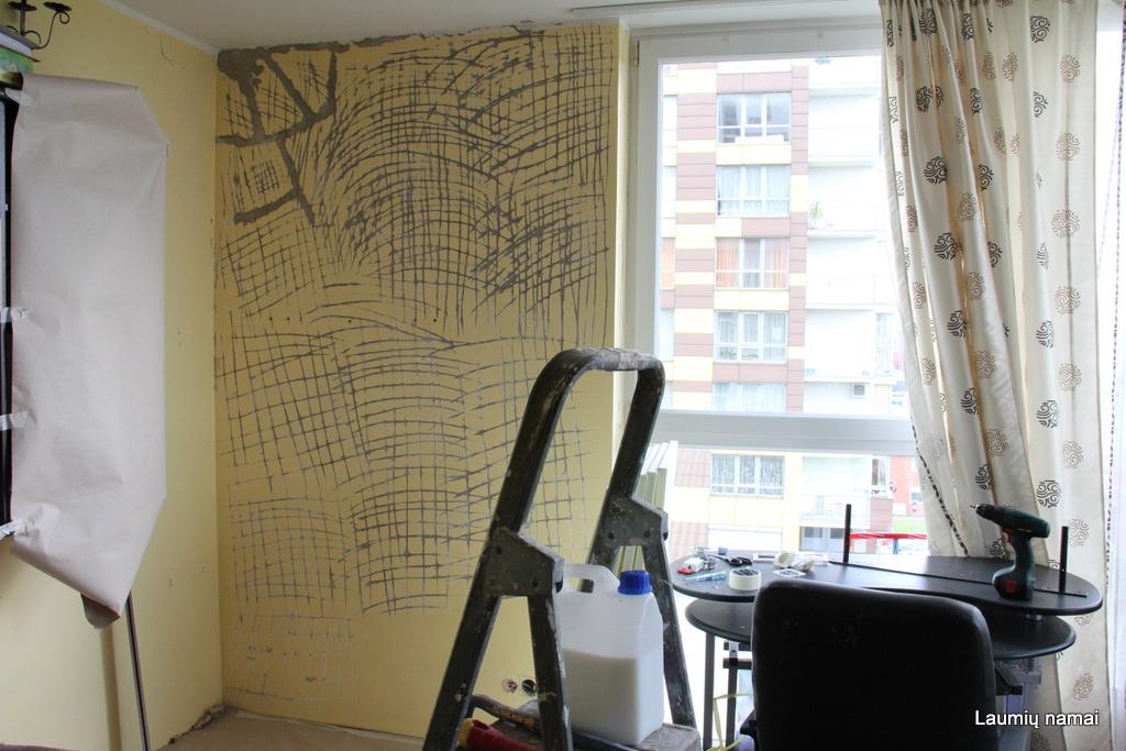 Subraižiau su montiruote/viniatraukiu sieną, kad putoms būtų kur įsikabinti. Pilnai nuskusti dažus (kaip tai padarė su ana siena tėvas) pritrūkau motyvacijos.