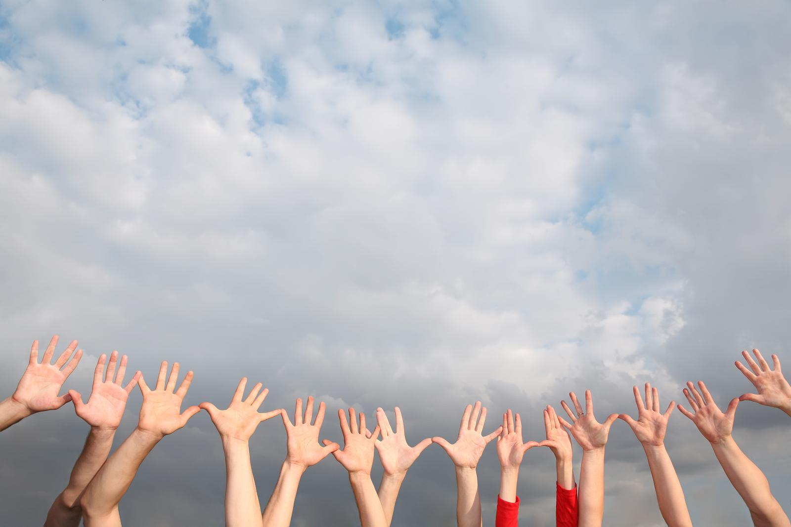 Balsuojančios rankos dangų pasiekia! Paveiksliukas iš recesslv.com