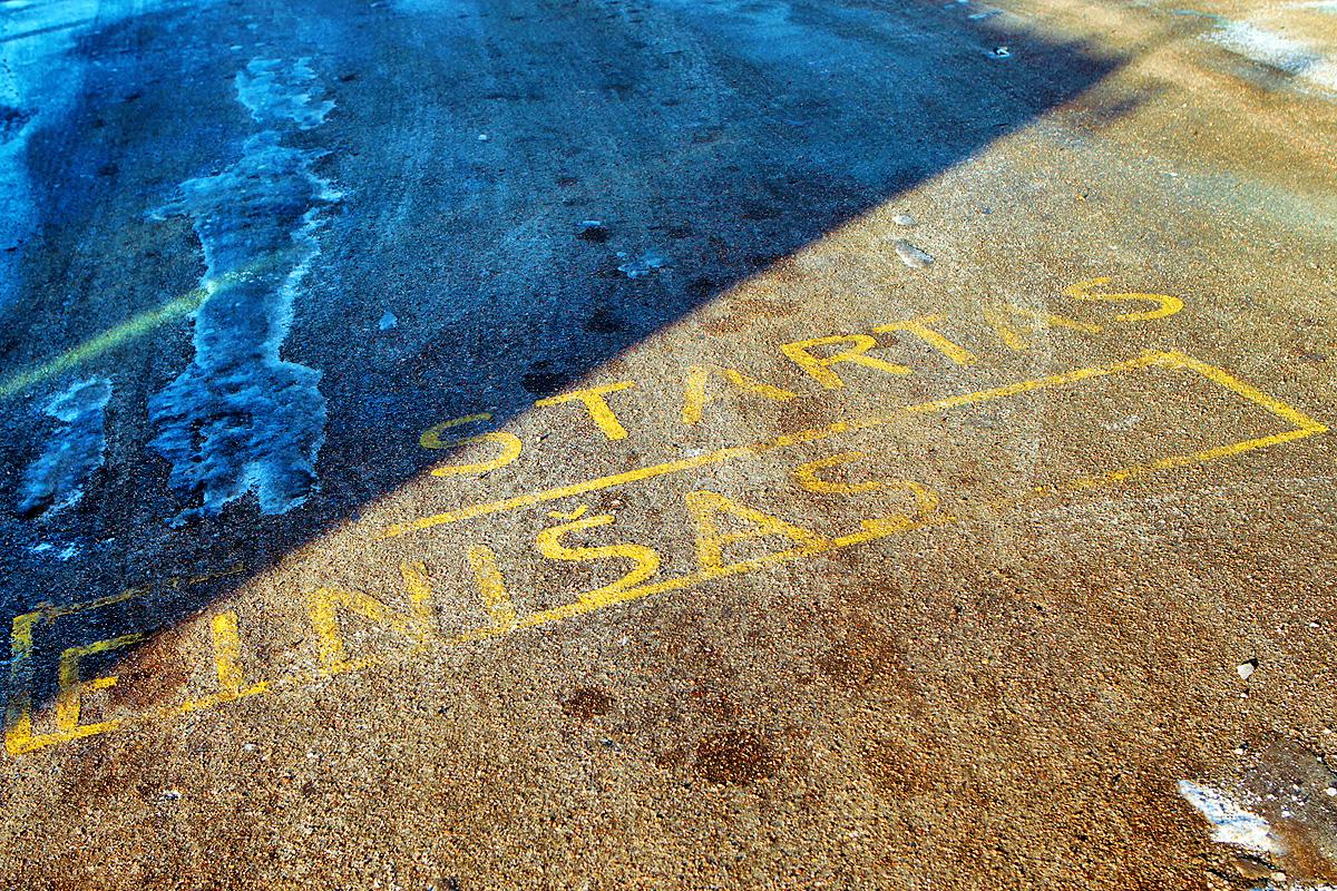 Augusto Didžgalvio nuotrauka.  Užrašai ant asfalto antrajame troleibusų parke.
